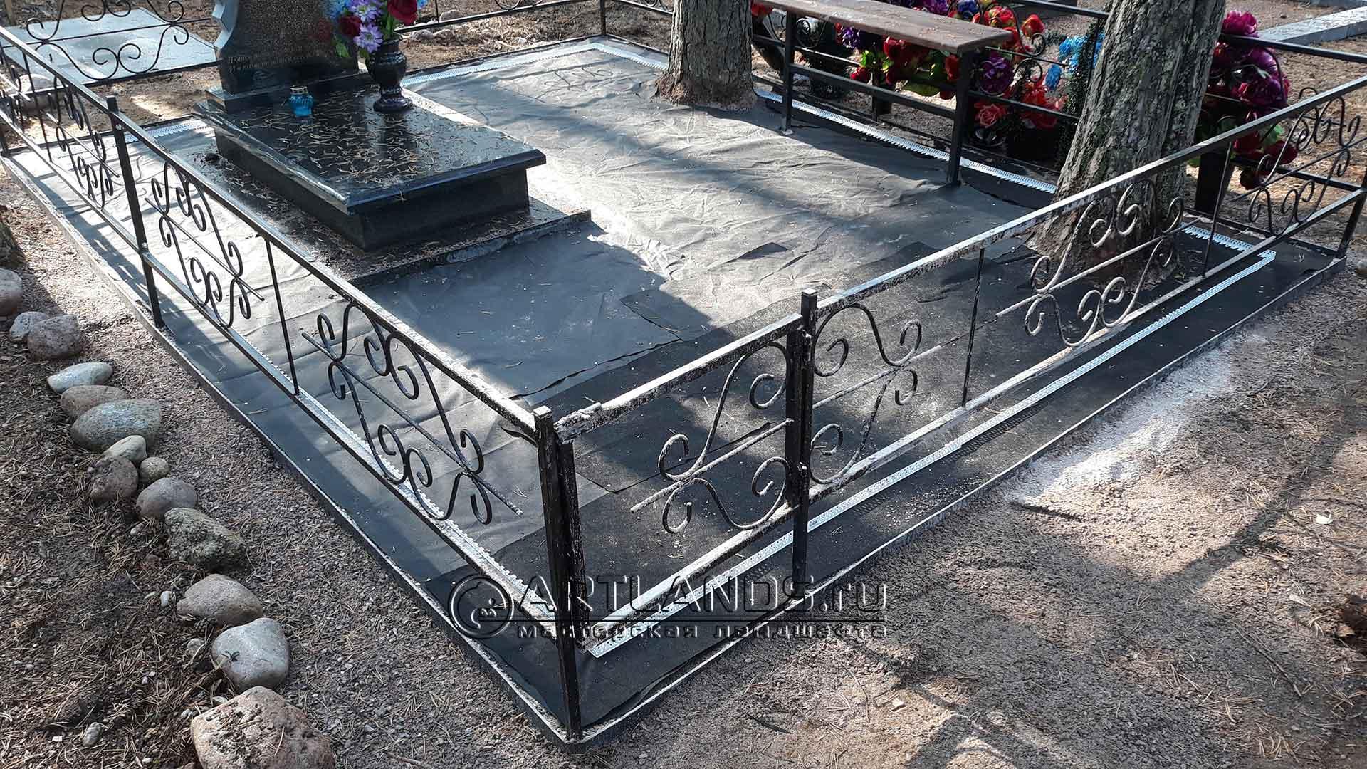 Укладка подложки на могиле, что бы не росла трава