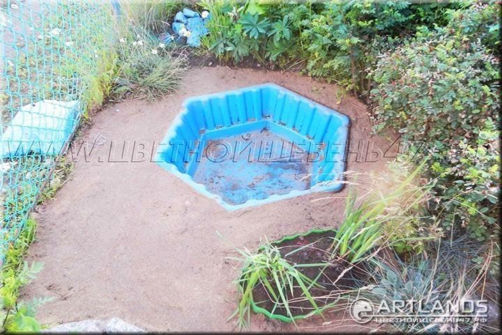 Декоративный цветной щебень для ландшафтного дизайна от мастерской ландшафта Art Lands и как сделать сухой ручей второй этап (подсыпка подушки из песка)
