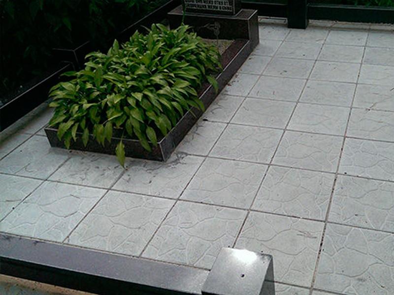 Обустроить могилу можно тротуарной плиткой