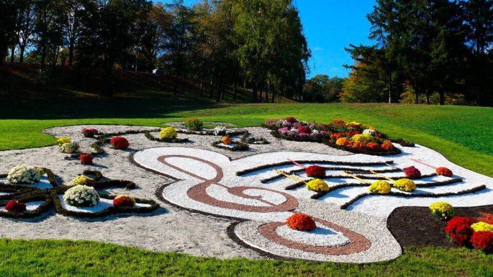 городские клумбы фото, городские цветники, цветной декоративный щебень купить в спб, как украсить клумбу, идеи для сада и огорода своими руками фото, мун, в 383