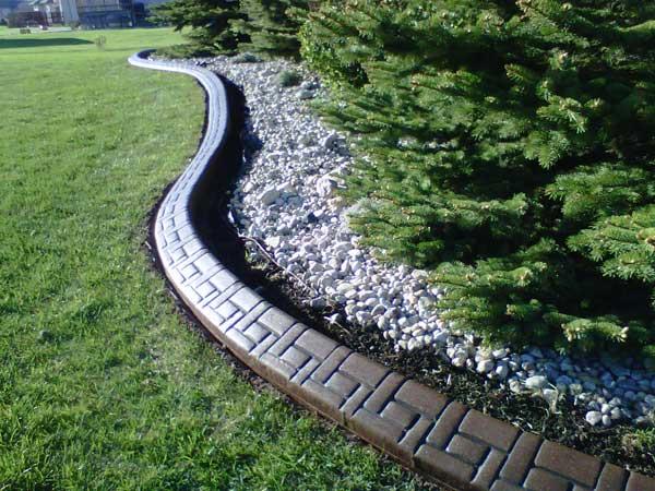 Гибкий-ландшафтный-бордюр-из-монолитного-бетона