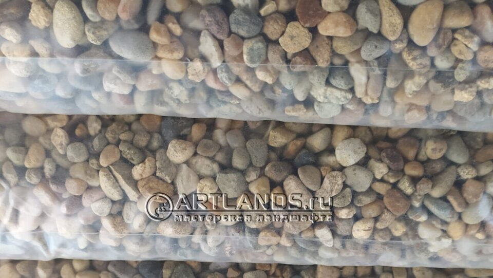 каменный ковёр из кавказской жёлтой и серой гальки25