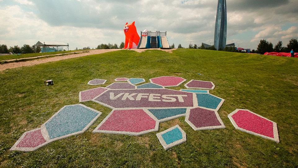 Логотип из цветного щебня в виде фотозоны на фестивале